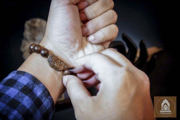 Sự thật về đeo vòng tay trầm hương có tốt không